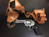 "S&W 686 4"" barrel .357 Mag with Bianchi shoulder holster and two speed loaders"