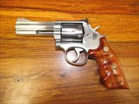 "Smith & Wesson Model 686, NO DASH, Distinguished Combat Masterpiece, 4"" .357 Mag.,RARE S&W Finger Groove Combat Grips, Early 1980's date."