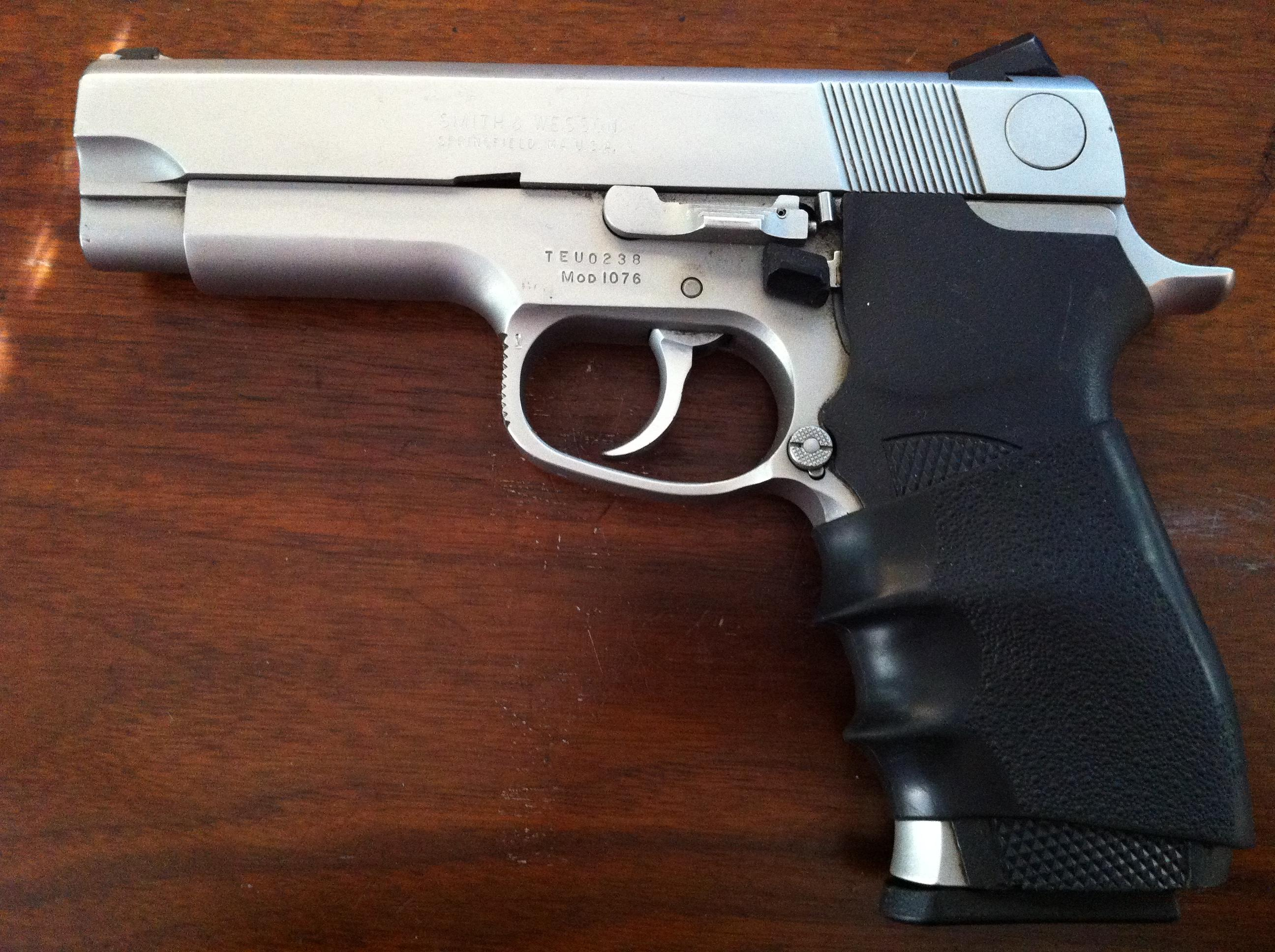 Smith & Wesson 10mm pistol Mod 1076
