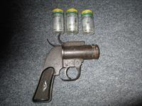 WW2 AN-M8 flare gun with 3 1942 dated flares 37 mm
