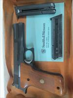 SMITH & WESSON MODEL 422 .22LR SEMI AUTO BLUED WITTH BOX EXTRA MAG.