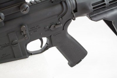 With an M4 upper receiver and AR-15 lower, the controls are just as you would expect.