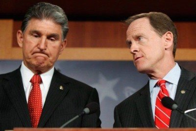 Sens. Joe Manchin, left, Pat Toomey, right.  (Photo: Allison Shelley/Getty Images)