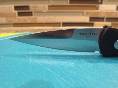 A nice shot of the stilleto style blade.