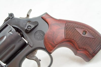 The Altamont Rosewood checkered grips look fantastic on this revolver.