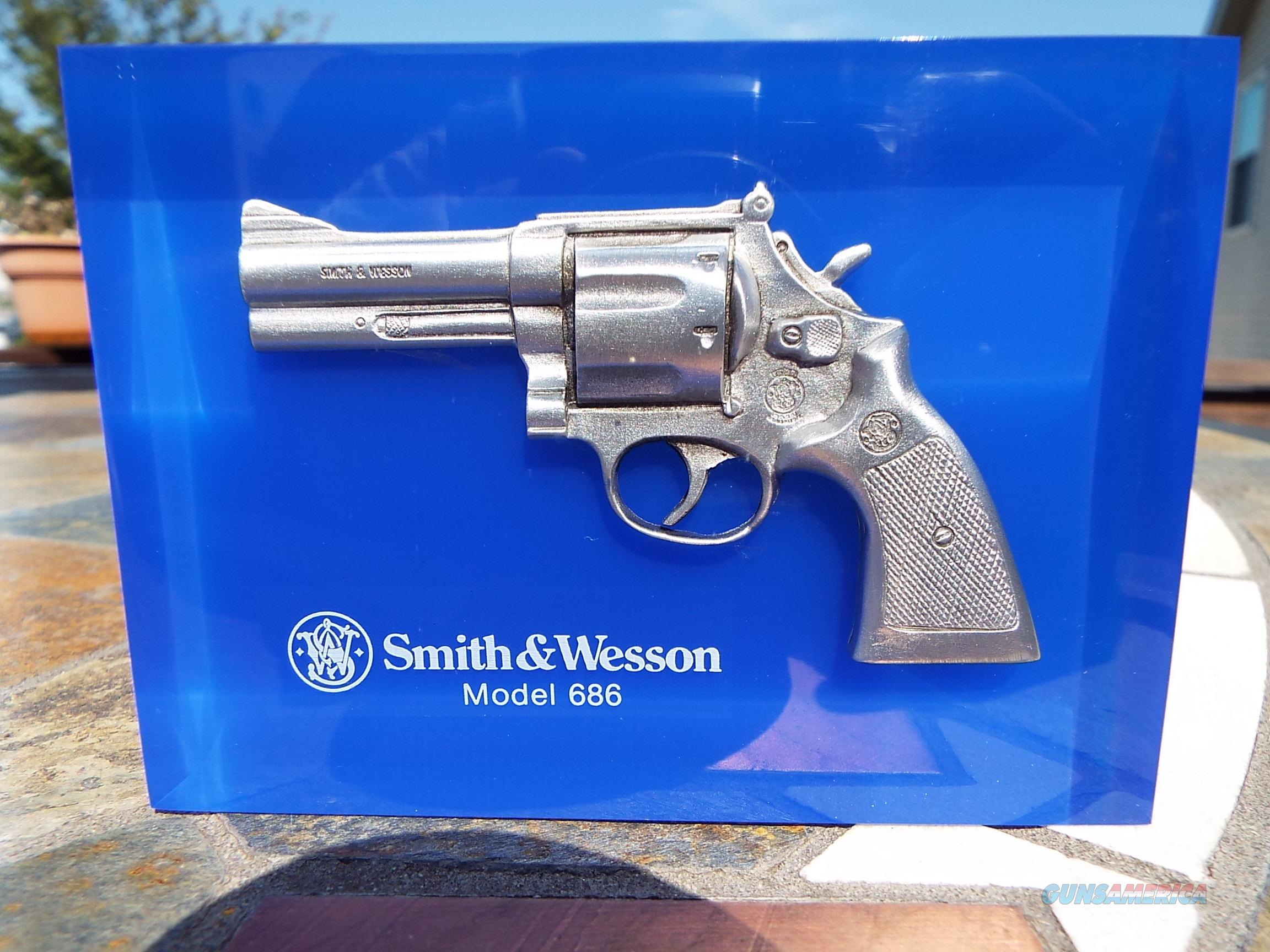 Smith & Wesson Lucite Block Advertising Display Model 686 - Like New  LAYAWAY OPTION  Non-Guns > Artwork