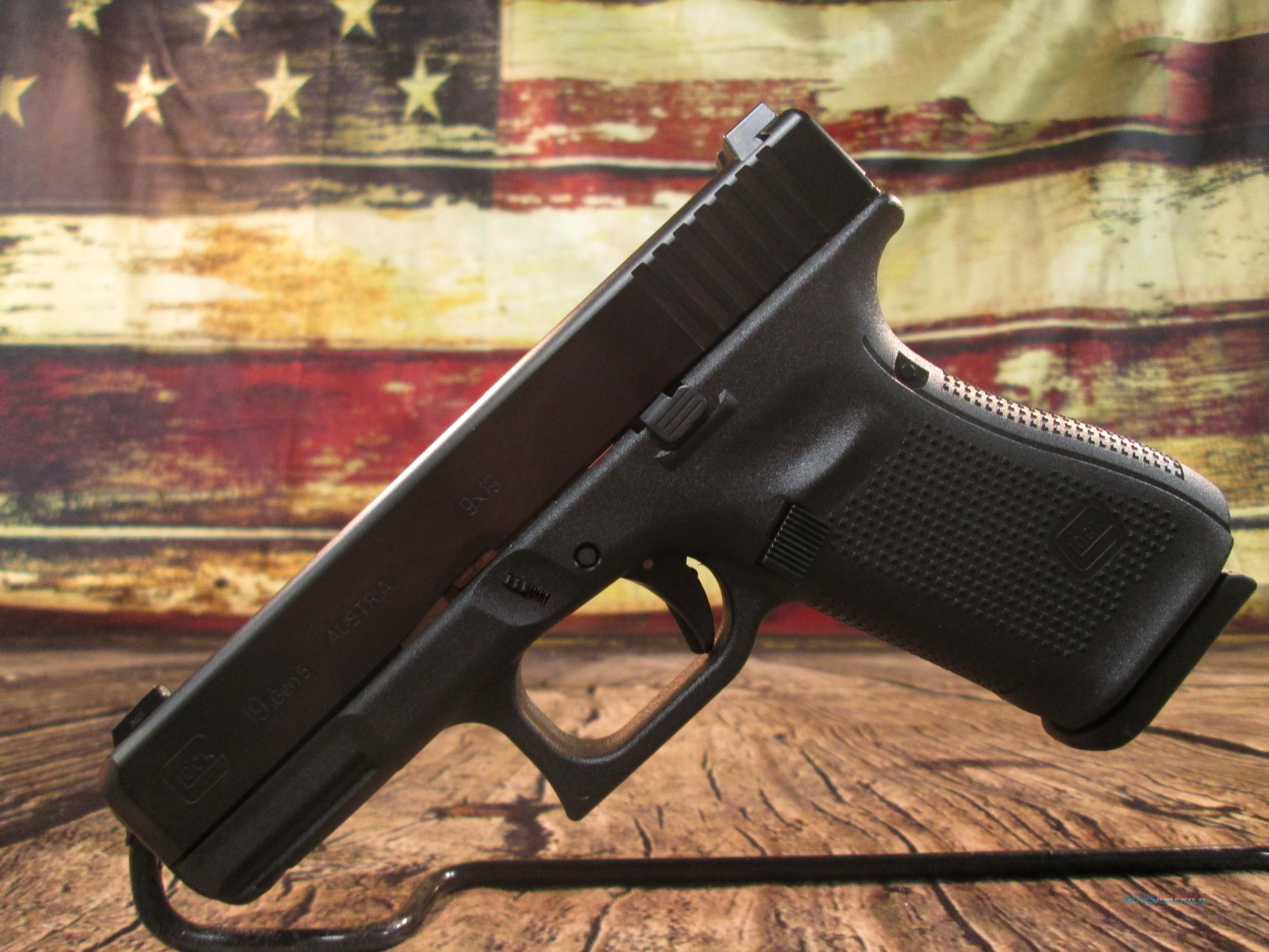 GLOCK MODEL 17 GEN 5 W/NIGHT SIGHTS NEW (PA1750703)  Guns > Pistols > Glock Pistols > 17