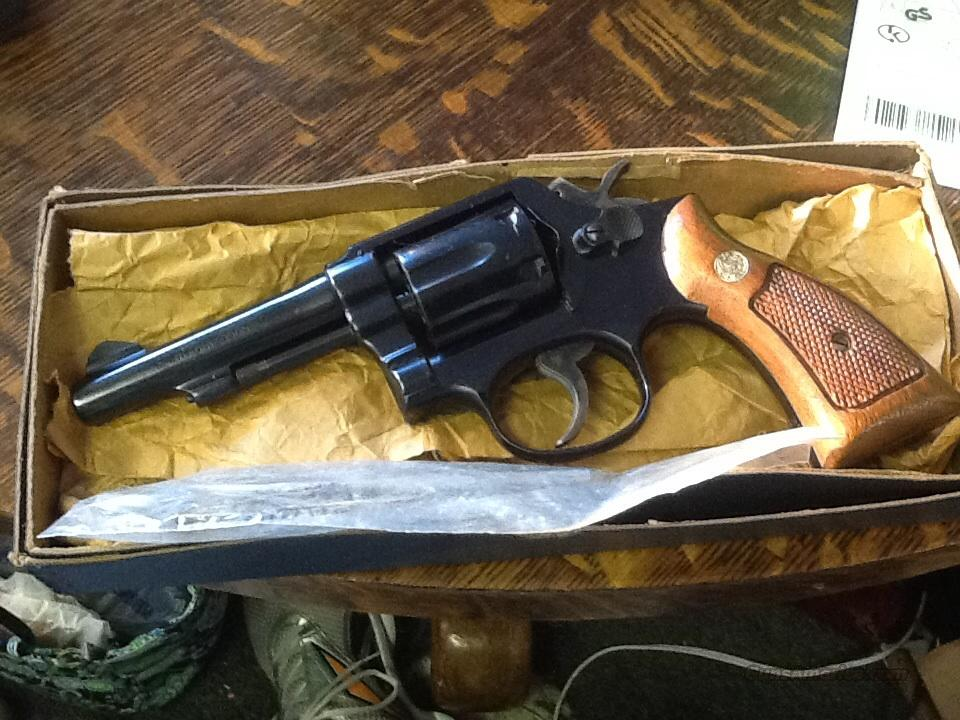 UNFIRED SMITH & WESSON MODEL 10-5 IN 2 PIECE BLUE BOX WITH ACCS  Guns > Pistols > Smith & Wesson Revolvers > Model 10
