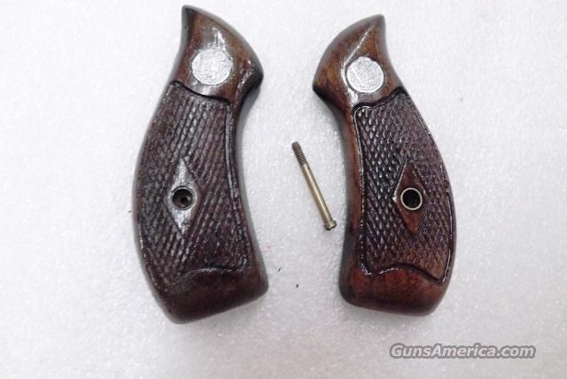 Grips S&W J Frame Round Butt Diamond Pattern Walnut Service Magna style 1960s Smith & Wesson Good to Very Good with Screw  Non-Guns > Gun Parts > Grips > Smith & Wesson
