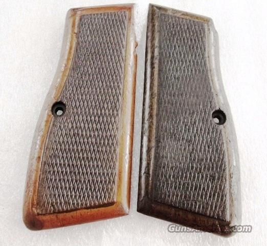 Grips Browning Hi Power Factory Walnut Mismatched Coloration Israeli Military Good Condition ca 1980s  Non-Guns > Gunstocks, Grips & Wood