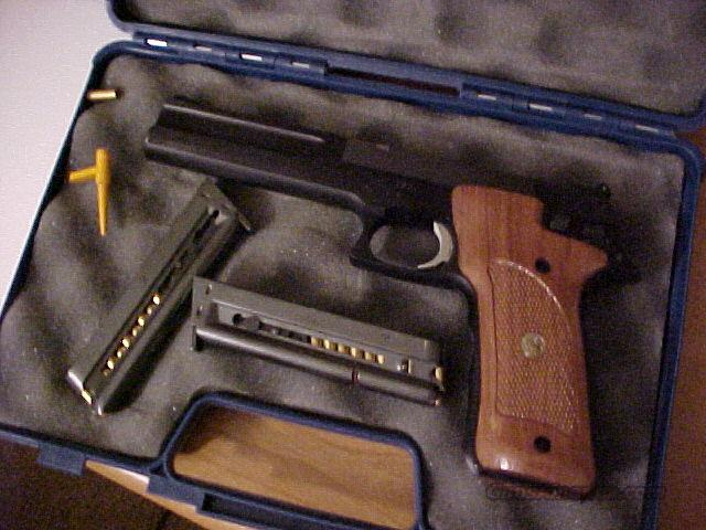 Smith & Wesson Pistol and case  Guns > Pistols > Smith & Wesson Pistols - Autos > Alloy Frame